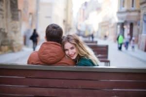 זוג יושבים על ספסל